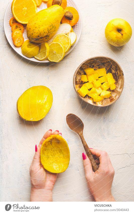 Mango zubereiten. Hände halten leere Mangoschale und Löffel Lebensmittel Frucht Ernährung Bioprodukte Vegetarische Ernährung Diät Geschirr Schalen & Schüsseln
