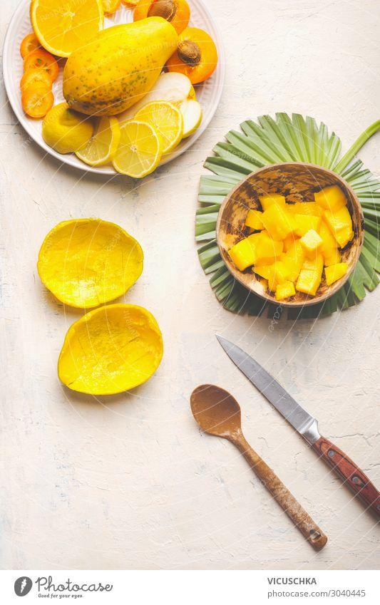 Leere Mangoschale und Kokosnuss-Schale mit Mangowürfeln Lebensmittel Frucht Ernährung Frühstück Bioprodukte Vegetarische Ernährung Diät Geschirr