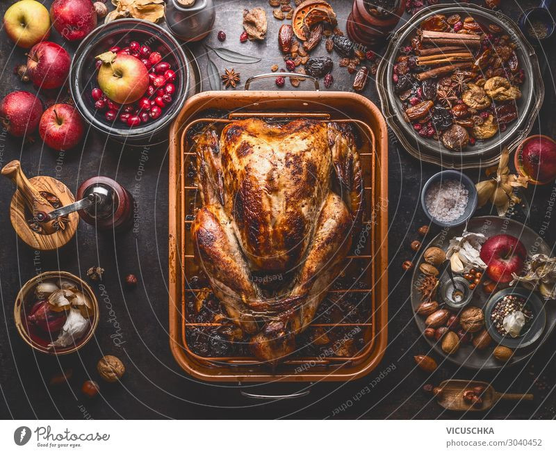 Ganzer gebratener Truthahn im Backblech Lebensmittel Fleisch Gemüse Frucht Ernährung Festessen Geschirr Stil Design Häusliches Leben Party Restaurant