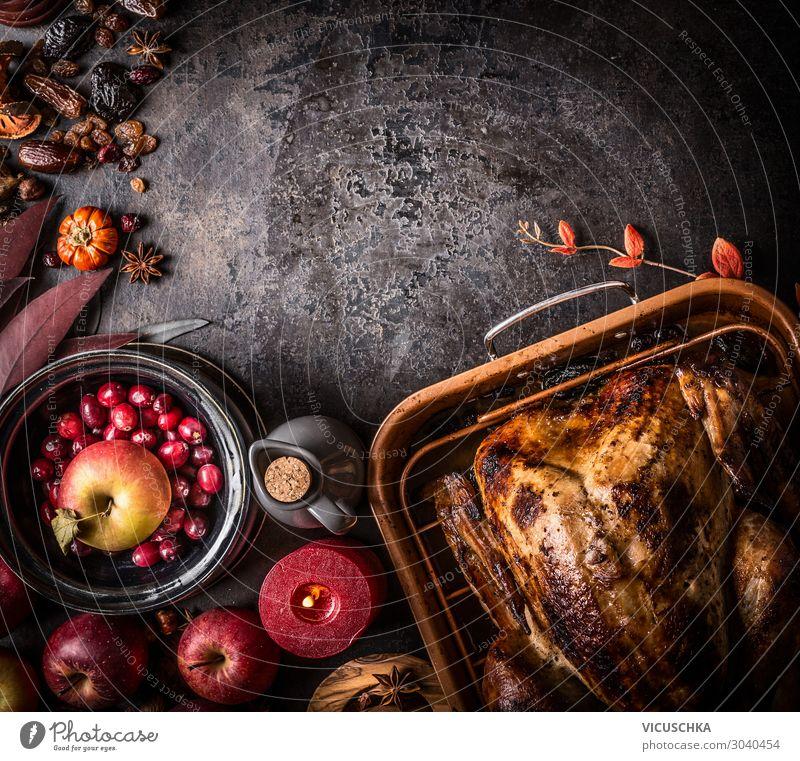 Ganzer gebratener gefüllter Truthahn auf dunklem Tisch Lebensmittel Fleisch Gemüse Frucht Ernährung Festessen Stil Design Restaurant Erntedankfest