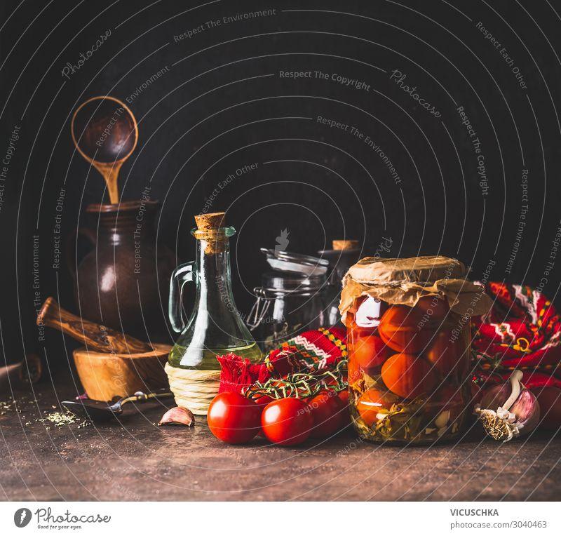 In Essig eingelegte und konservierte Tomaten im Glasgefäß Lebensmittel Gemüse Ernährung Bioprodukte Vegetarische Ernährung Diät Geschirr Stil Design