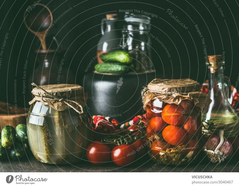 Konservierung der Obst- und Gemüseernte. Verschiedene Einmachgläser auf dunklem Tisch. Gesunde Art der Lagerung der Ernte Früchte verschiedene bewahren Glas