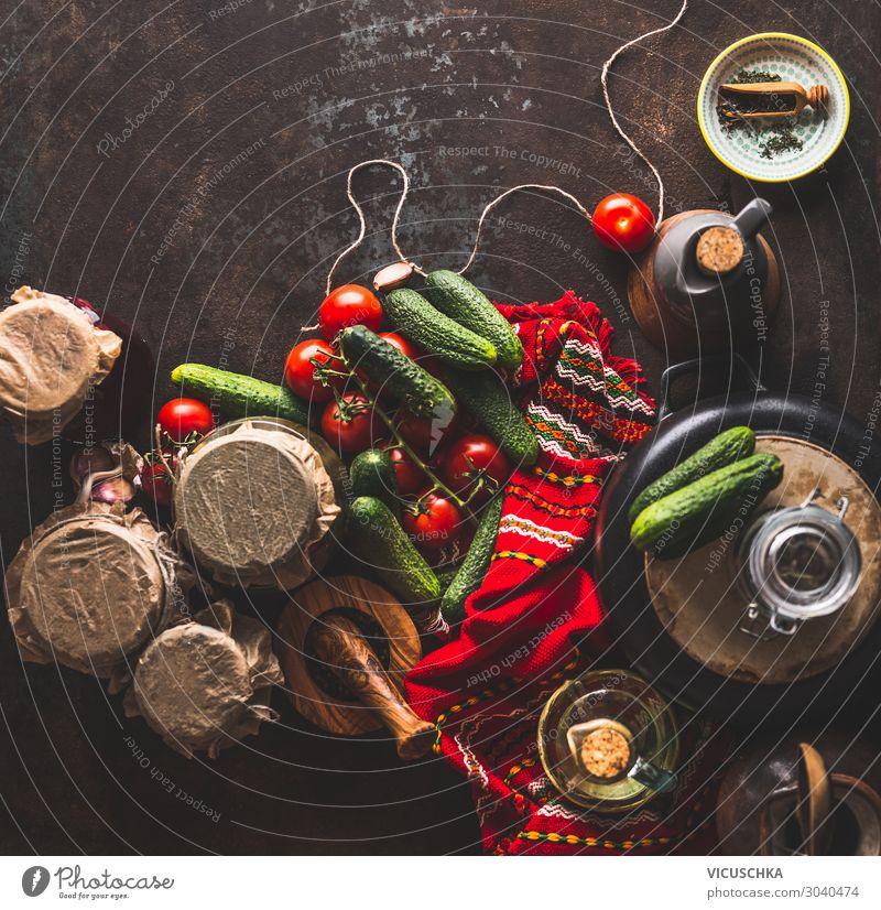 Zubereitung von eingelegten Tomaten und Gurken Lebensmittel Gemüse Ernährung Bioprodukte Vegetarische Ernährung Diät Geschirr Glas Design Gesunde Ernährung