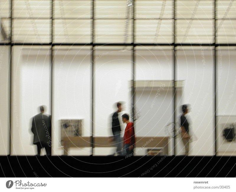Ausstellung Fenster Menschengruppe Empore Linie
