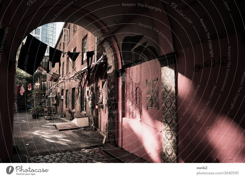 In die Gänge kommen Hamburg Stadt Stadtzentrum bevölkert Haus Tor Gebäude Mauer Wand Fenster Durchgang Torbogen Hinterhof Dinge Wäscheleine Bekleidung dunkel