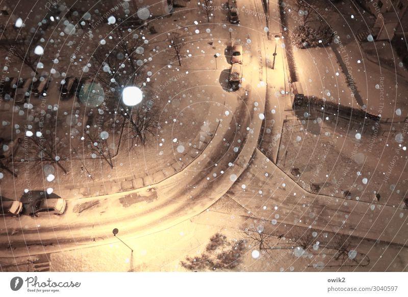 Von Fall zu Fall Landschaft Winter Schönes Wetter Schnee Schneefall Bautzen Deutschland Kleinstadt Stadtrand bevölkert Verkehr Verkehrswege Straße PKW ruhig