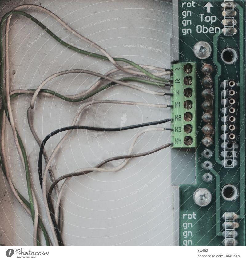 Das Zentrum der Macht grün Zusammensein grau Metall Schriftzeichen Kommunizieren Technik & Technologie authentisch Zeichen Kunststoff Kontakt Pfeil Verbindung