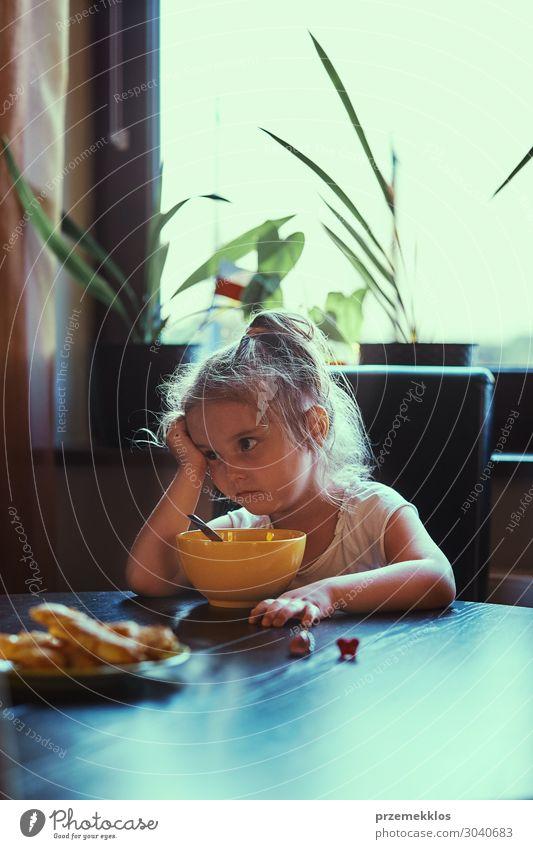 Kleines Mädchen beim Frühstücken Essen Lifestyle Tisch Kind Mensch Familie & Verwandtschaft 1 3-8 Jahre Kindheit Denken sitzen authentisch klein natürlich