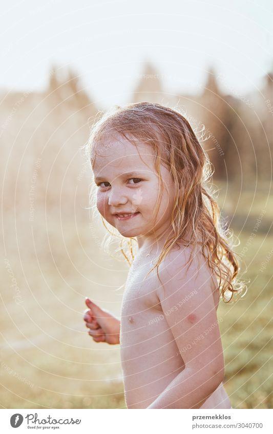 Kleines Mädchen genießt ein kühles Wasser, das von ihrer Mutter gesprüht wird. Lifestyle Freude Glück Spielen Ferien & Urlaub & Reisen Sommer Sommerurlaub