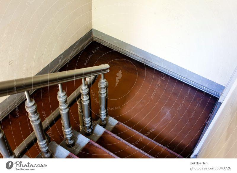 Treppenabsatz Abstieg aufsteigen Fenster Geländer Treppengeländer Mehrfamilienhaus Menschenleer Stadthaus Textfreiraum Haus Treppenhaus Wand Häusliches Leben
