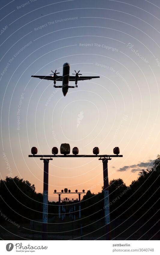 Das letzte Flugzeug Berlin Bewegungsunschärfe Kohlendioxid fliegen Luftverkehr fliegend Flughafen Flugplatz Froschperspektive Himmel Himmel (Jenseits) Landen