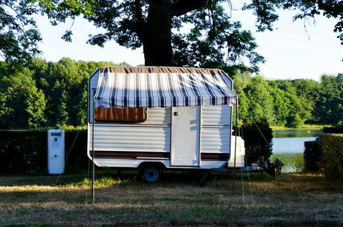 Wohnen am See Wohnwagen Camping Ferien & Urlaub & Reisen Menschenleer Campingplatz ländlich Farbfoto Freizeit & Hobby Sommer Natur Freiheit Schatten Idylle