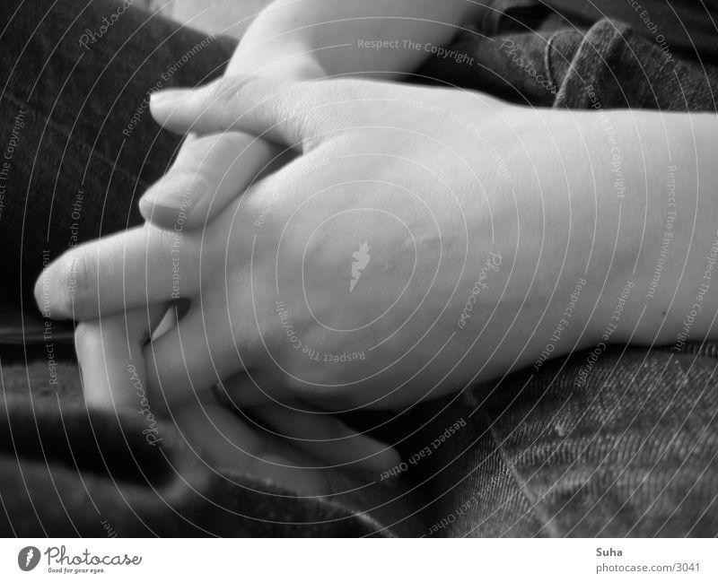 Gefaltete Hände Hand gefaltet Gebet Finger Gefäße Mensch Schoß Schwarzweißfoto Jeanshose Haut