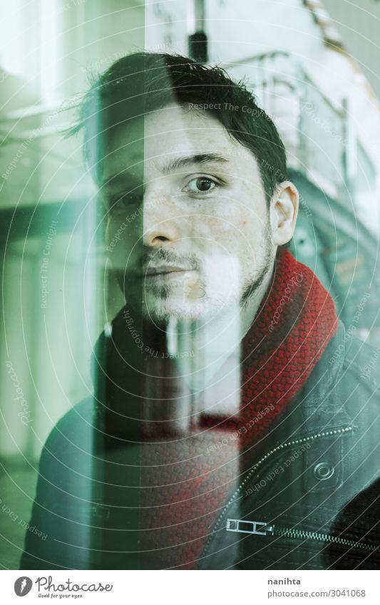 Junger Mann, der durch ein Fenster schaut. Gesicht Winter Mensch maskulin Jugendliche Erwachsene 1 30-45 Jahre Stadt Schal Haare & Frisuren schwarzhaarig