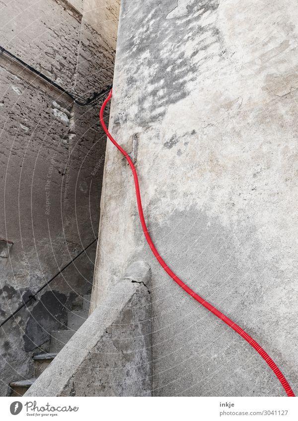 Umleitung Altstadt Menschenleer Haus Gebäude Mauer Wand Treppe Fassade Kabel Leitung Rohrleitung Ecke Stein Beton rot Warnfarbe grau verfallen oben aufwärts