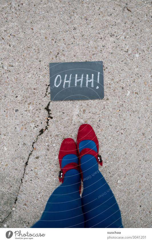 OHHH! Frau Junge Frau blau rot Straße Beine Fuß Schriftzeichen Buchstaben Asphalt Überraschung Tafel Riss Strümpfe skurril seltsam