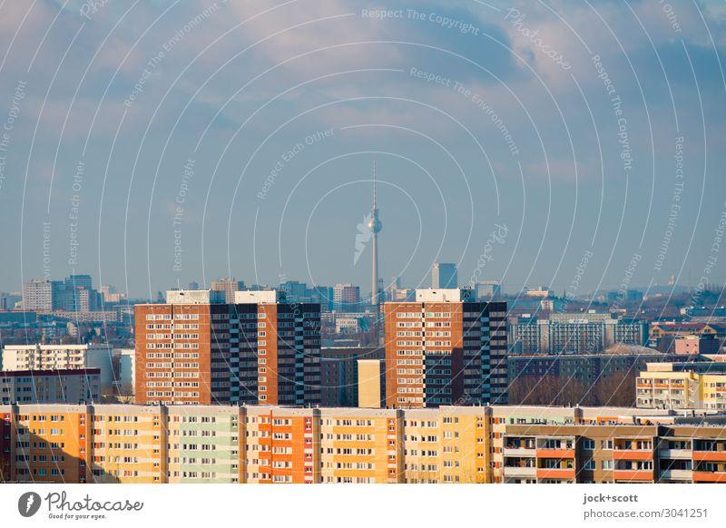 Landmarke Fernsehturm DDR Stadtteil Himmel Wolken Klimawandel Marzahn Plattenbau Wohnhochhaus Fassade Wahrzeichen Berliner Fernsehturm authentisch retro trist