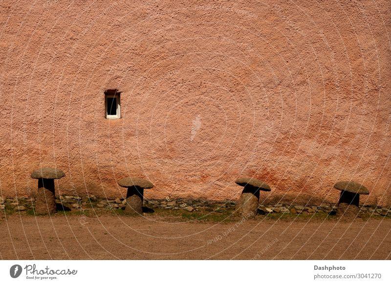 Alte Poller an einer alten Burgmauer Architektur Burg oder Schloss Ruine Gebäude Mauer Wand Fenster Stein Beton historisch stark braun ruiniert Rohputz
