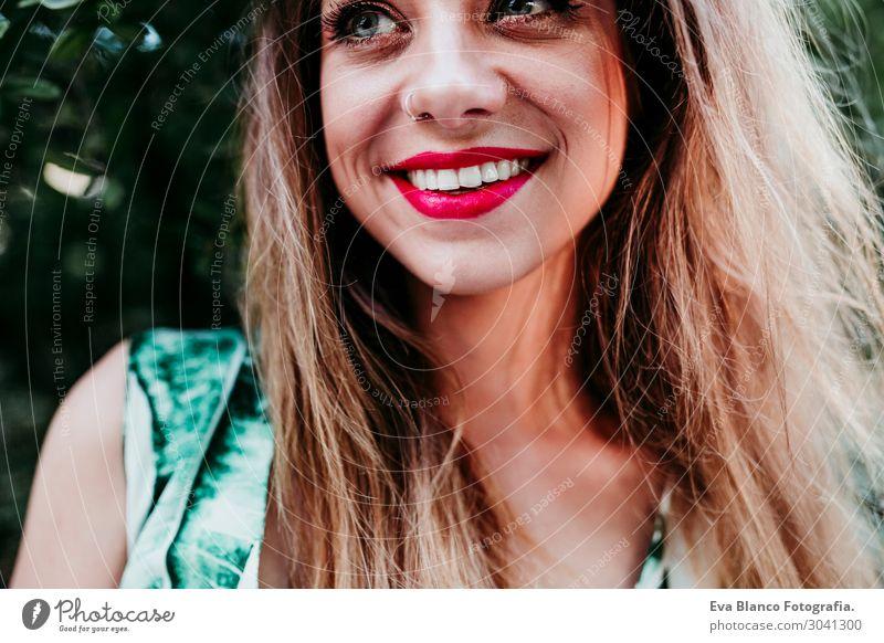 Porträt einer schönen blonden Frau, die bei Sonnenuntergang lächelt. Rote Lippen. Lifestyle Freude Glück Haut Gesicht Schminke Wellness Freizeit & Hobby Sommer