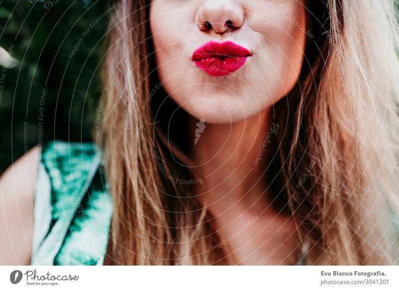 unkenntliche blonde Frau, die sich bei Sonnenuntergang amüsiert. Rote Lippen. Lifestyle Freude Glück schön Haut Gesicht Schminke Gesundheit Wellness