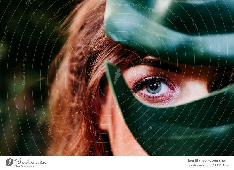 Nahaufnahme Porträt einer Frau hinter grünem Blatt Lifestyle Freude Glück schön Haut Schminke Wellness Freizeit & Hobby Sommer feminin Junge Frau Jugendliche