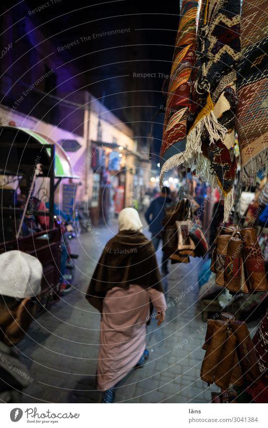 Marakesch ll kaufen Mensch maskulin feminin Leben Menschenmenge Marrakesch Marokko Afrika Haus Verkehr Autofahren Fußgänger Wege & Pfade authentisch dunkel