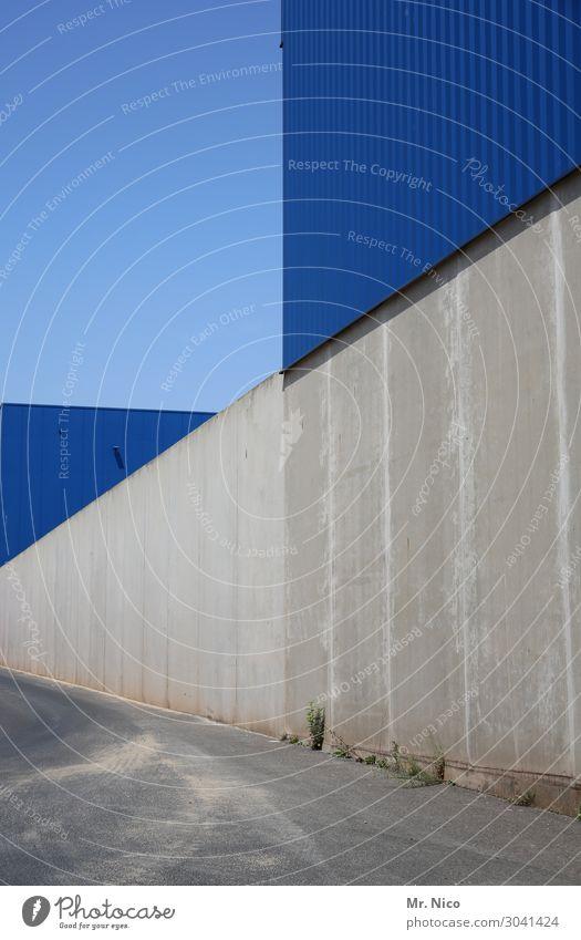 flache flächen Wolkenloser Himmel Industrieanlage Bauwerk Mauer Wand Fassade blau grau Wege & Pfade Beton Dreieck Lagerhalle Fabrikhalle Symmetrie Linie