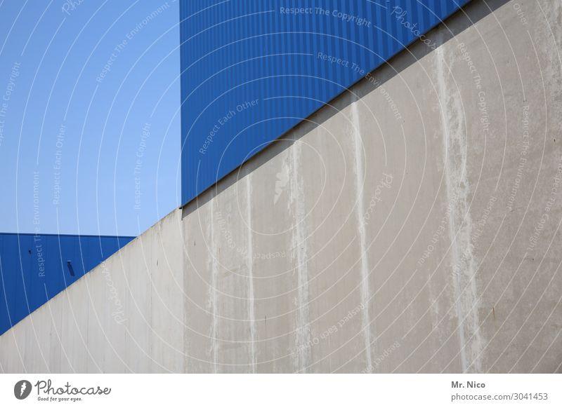 um die ecke denken Bauwerk Gebäude Architektur Mauer Wand blau grau Beton hell-blau Dreieck Industrieanlage Lagerhalle Fabrikhalle Design Symmetrie Linie