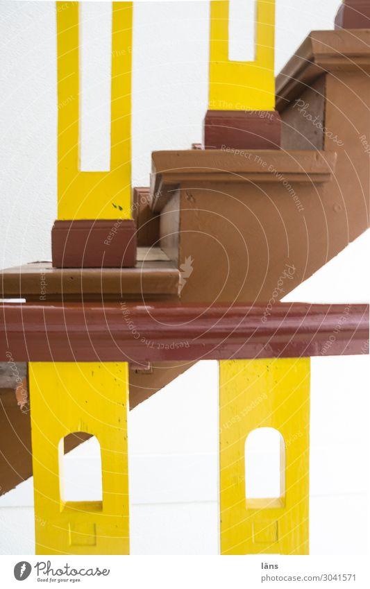 halbe Treppe Häusliches Leben Wohnung Haus Treppenhaus alt eckig einfach einzigartig Perspektive Sicherheit Wege & Pfade Treppengeländer Lack aufwärts abwärts