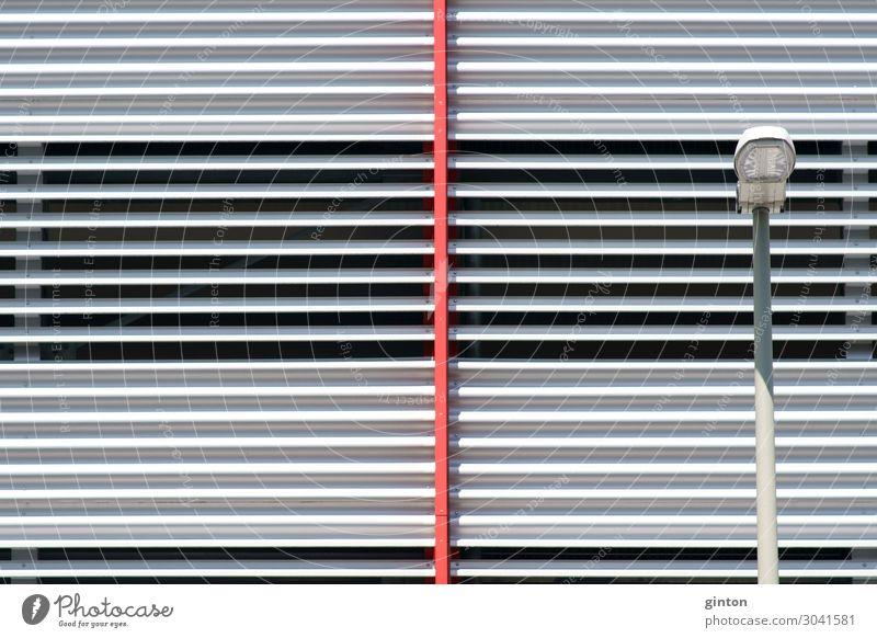 Moderne Parkhausfassade Design Lampe Bauwerk Gebäude Architektur Fassade Metall ästhetisch eckig einfach glänzend modern neu Symmetrie Architekturdetail
