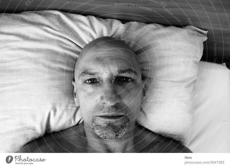 düstere Gedanken Mensch maskulin Leben 1 45-60 Jahre Erwachsene Glatze Blick Traurigkeit Liebeskummer Müdigkeit Unlust Enttäuschung Einsamkeit Erschöpfung