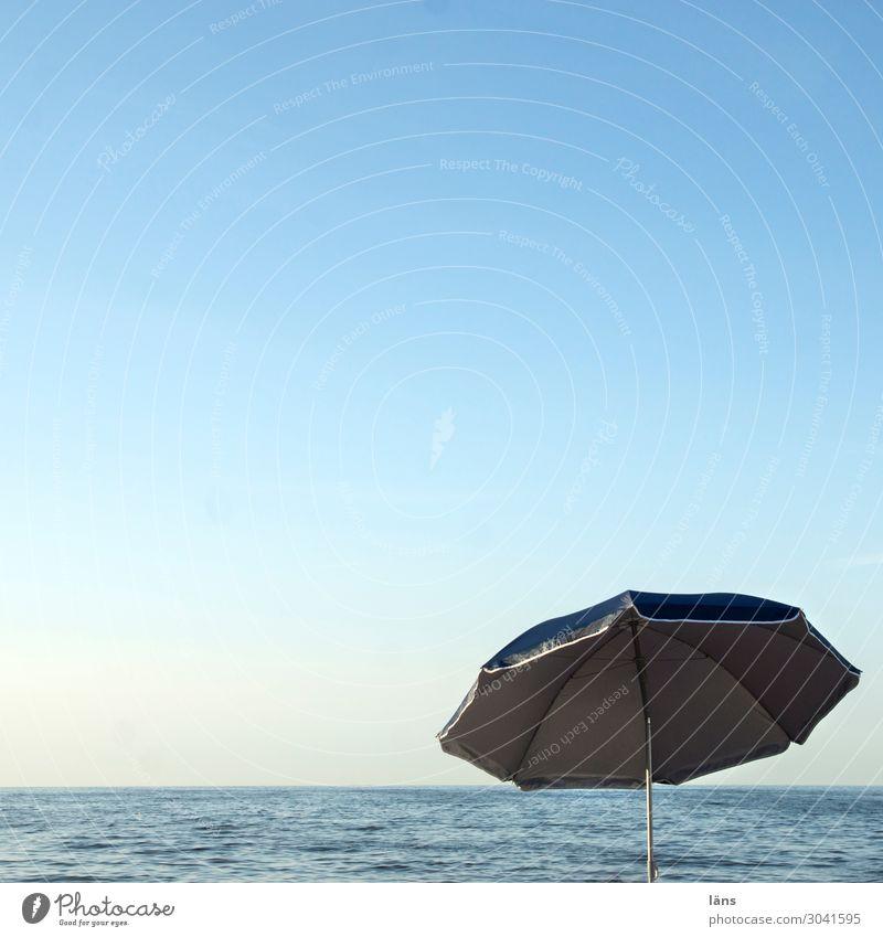 Charmanter Schirm ohne Melone Ferien & Urlaub & Reisen Tourismus Ausflug Ferne Freiheit Strand Meer Leben Luft Wasser Himmel Wolkenloser Himmel Horizont