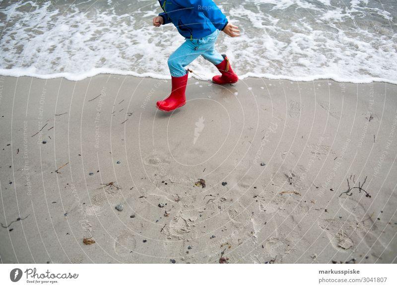 strand spiele ostsee gummistiefel kind Kind Mensch Ferien & Urlaub & Reisen Meer Ferne Strand Beine Junge Tourismus Spielen Freiheit Fuß Ausflug maskulin Körper