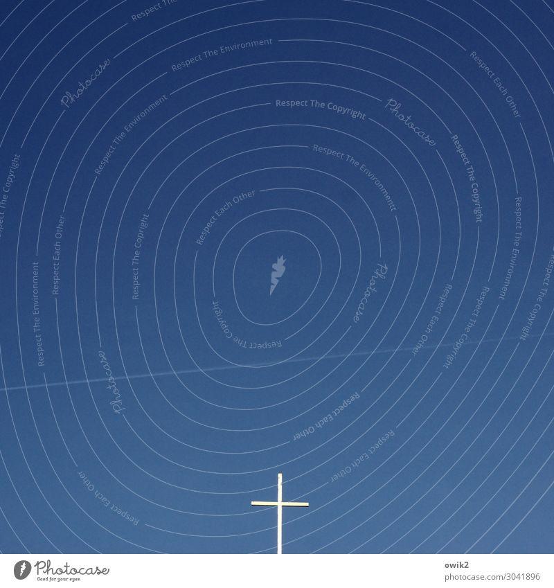 Signal Wolkenloser Himmel Schönes Wetter Zeichen Religion & Glaube Christliches Kreuz Kondensstreifen Farbfoto Außenaufnahme Menschenleer Textfreiraum links