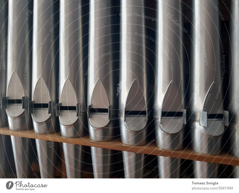 Pfeifenorgel Frontalaufnahme, Reihe glänzender Pfeifen, Musterhintergrund schön Spielen Musik Menschengruppe Chor Kirche Tube Metall Stahl alt historisch