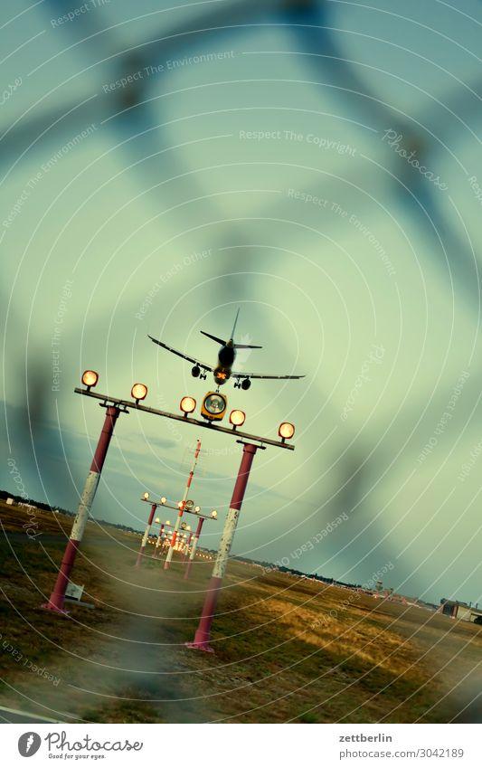 Anflug TXL Landen Flugzeuglandung Berlin Bewegungsunschärfe Kohlendioxid fliegen Luftverkehr fliegend Flughafen Flugplatz Froschperspektive Himmel