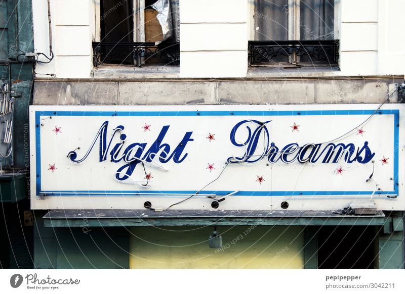 Night Dreams Nachtleben Party Veranstaltung Musik Club Disco ausgehen Feste & Feiern Flirten clubbing Tanzen Feierabend Haus Mauer Wand Fassade Fenster Zeichen