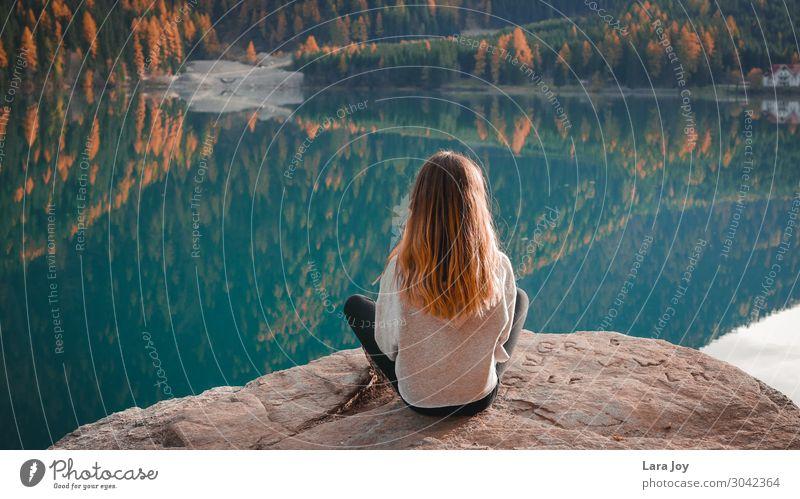 Girl sitting on rock by a mountain lake Design Ferien & Urlaub & Reisen Tourismus Ausflug Abenteuer Freiheit Expedition Berge u. Gebirge wandern Mensch Mädchen