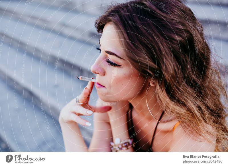 Schöne kaukasische Frau, die Zigarette raucht, urbaner Lebensstil. Lifestyle Stil Glück schön Freizeit & Hobby Freiheit Sommer feminin Junge Frau Jugendliche