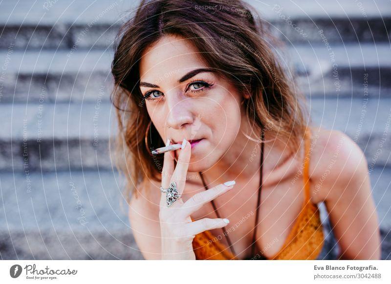 Schöne kaukasische Frau, die Zigarette raucht, urbaner Lebensstil. Lifestyle Stil Glück schön Freiheit Sommer Erwachsene Stadt Straße Mode Bekleidung Accessoire