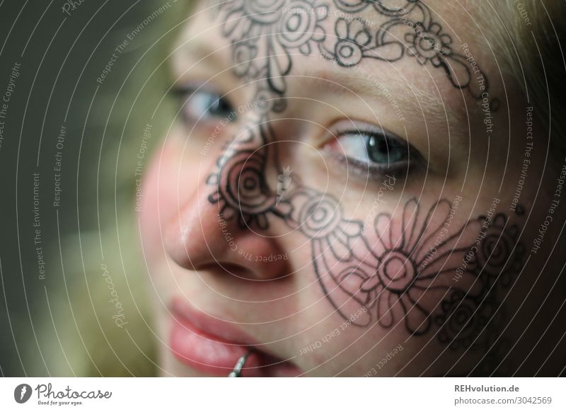 Frau mit bemaltem Gesicht Blick in die Kamera Oberkörper Porträt Unschärfe Kunstlicht Farbfoto einzigartig Kreativität authentisch Stimmung Gefühle natürlich