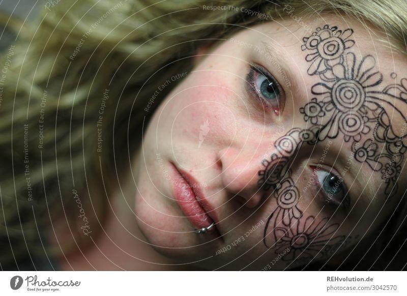 Frau mit bemaltem Gesicht Kreativität Kunst Kultur Tattoo blond außergewöhnlich Stimmung Piercing Junge Frau Erwachsene exotisch frei trendy natürlich Gefühle