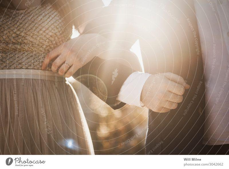 Braut und Bräutigam mit verbundenen Armen Mensch feminin Junge Frau Jugendliche Junger Mann Erwachsene 2 18-30 Jahre Fröhlichkeit Zufriedenheit Lebensfreude