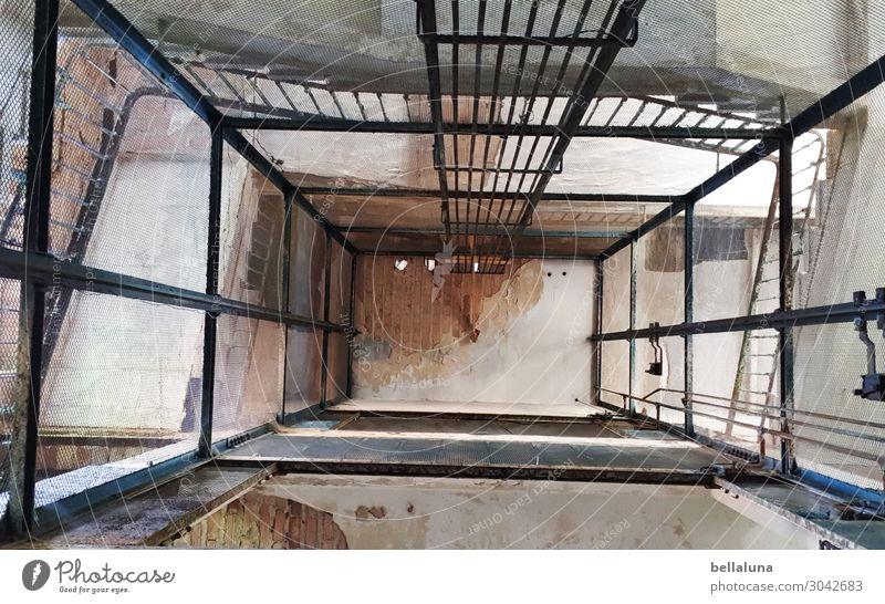 Aufwärts bitte! Kunst Architektur Kultur Menschenleer Haus Bauwerk Gebäude Mauer Wand Treppe Sehenswürdigkeit Denkmal Einsamkeit Endzeitstimmung Fahrstuhl alt