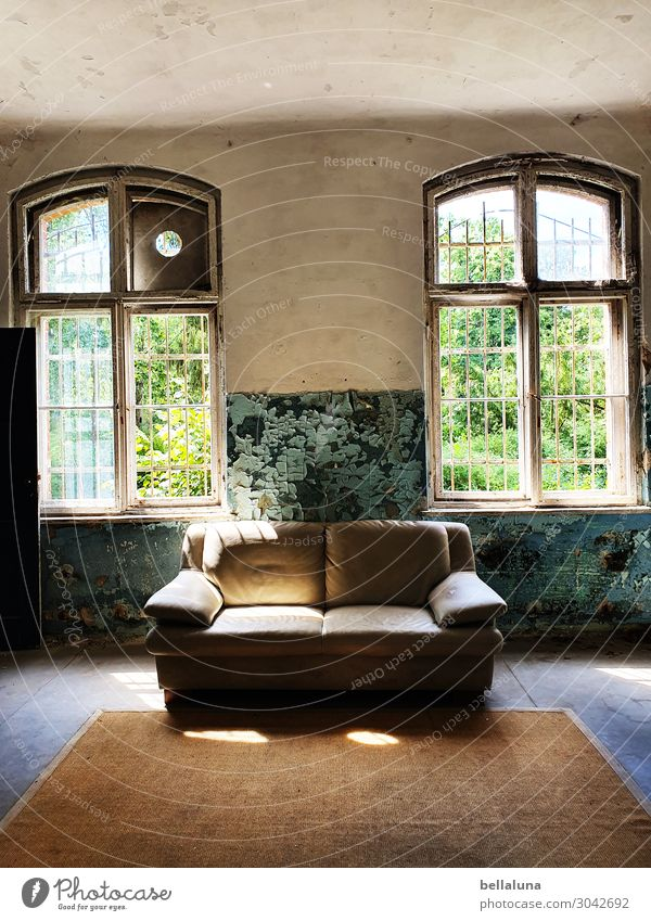 Das helle Sofa alt grün Haus Fenster Architektur Wand Gebäude Mauer braun dreckig Glas sitzen Kultur Sehenswürdigkeit Bauwerk Möbel