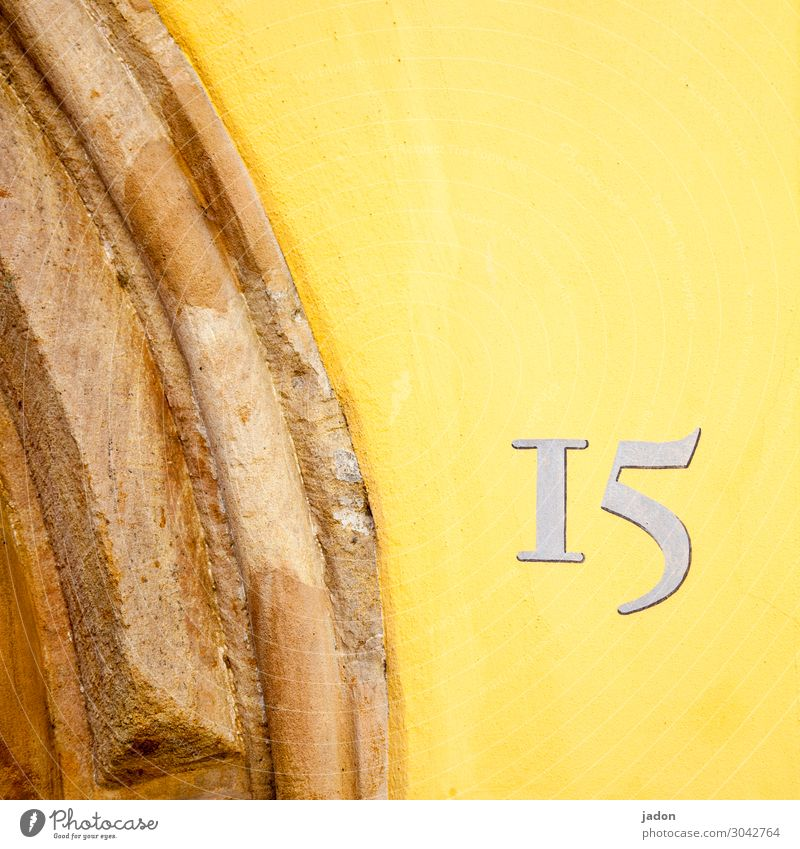 fuffzehn. Architektur Zeichen Schriftzeichen Ziffern & Zahlen Schilder & Markierungen Hinweisschild Warnschild schön gelb Kontrolle Präzision Hausnummer Bogen