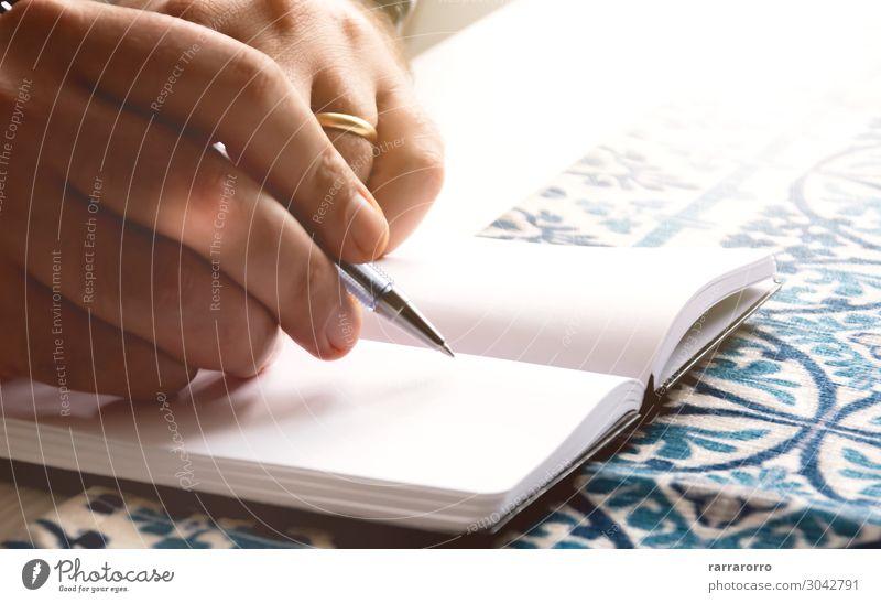 männliche Hände schreiben auf ein Notizbuch Lifestyle Schreibtisch Tisch Schule lernen Arbeit & Erwerbstätigkeit Büroarbeit Arbeitsplatz Business Junge Mann