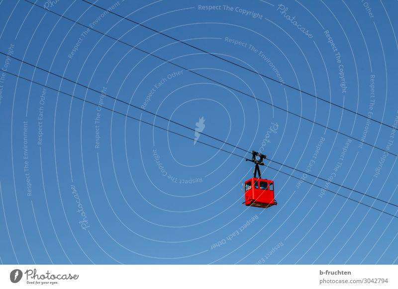 aufwärts oder abwärts Tourismus Ausflug Freiheit Berge u. Gebirge wandern Himmel Wolkenloser Himmel Schönes Wetter Seilbahn blau rot Gondellift hoch tief