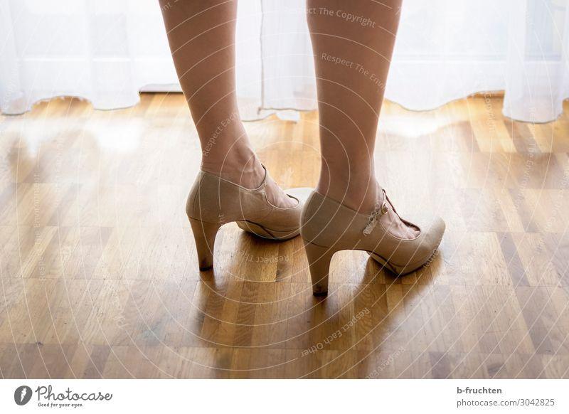 abwarten schön feminin Frau Erwachsene Beine Fuß stehen Liebe Lust Schuhe Damenschuhe Vorhang Bodenbelag Erwartung Farbfoto Innenaufnahme Schatten Gegenlicht