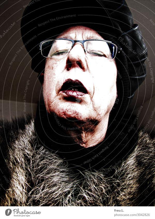 Oh je, oh je, oh je ... Mensch feminin Frau Erwachsene Weiblicher Senior Gesicht 1 60 und älter Fell Brille Mütze alt dunkel gruselig hässlich einzigartig